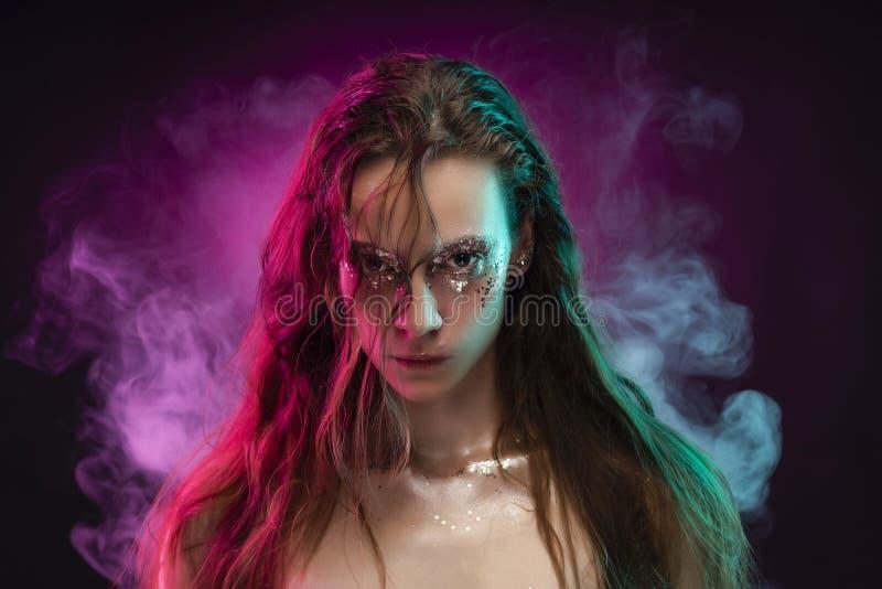 Το όμορφο κορίτσι με το δημιουργικό makeup φιαγμένο από ακτινοβολεί με τα δάκρυα ο στοκ φωτογραφίες με δικαίωμα ελεύθερης χρήσης