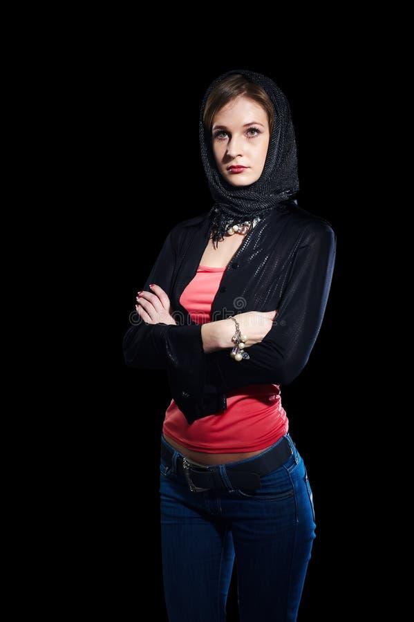 Το όμορφο κορίτσι με τα μαύρα γάντια στοκ εικόνα