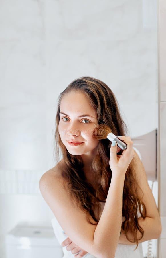 Το όμορφο κορίτσι με την καλλυντική βούρτσα σκονών για αποτελεί makeup Σύνθεση που ισχύει για το τέλειο δέρμα στοκ φωτογραφίες με δικαίωμα ελεύθερης χρήσης
