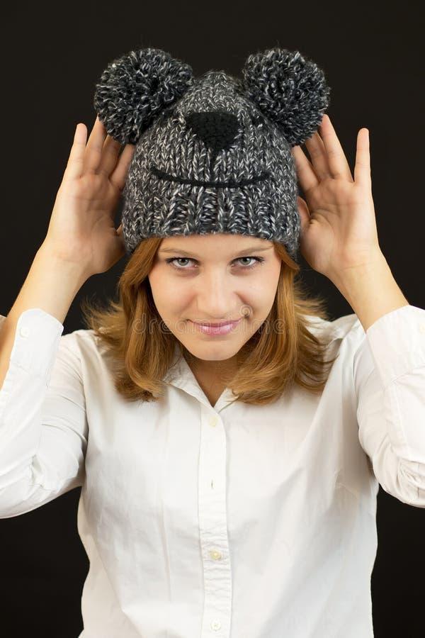 Το όμορφο κορίτσι με το χειμώνα αντέχει το καπέλο στοκ εικόνα με δικαίωμα ελεύθερης χρήσης