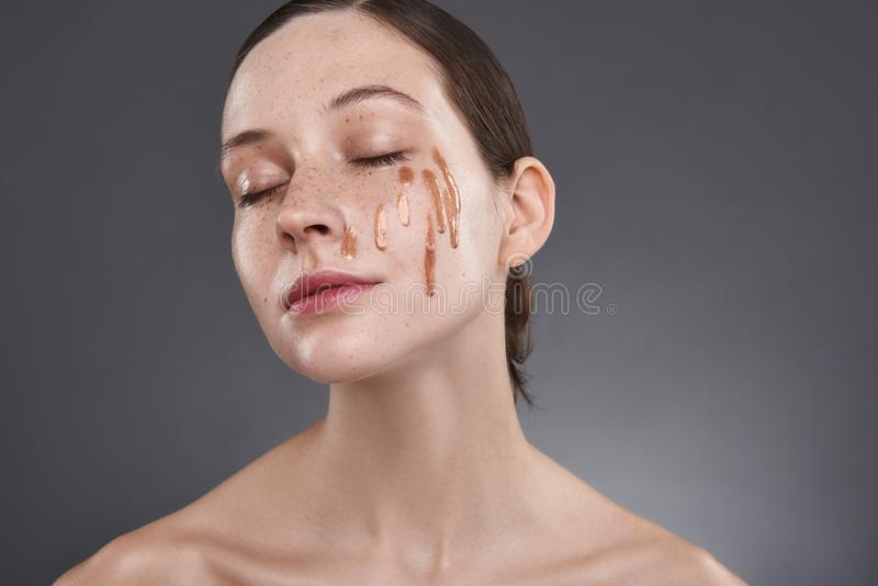 Το όμορφο κορίτσι με το χρυσό χείλι σχολιάζει στην ηρεμία συναισθήματος προσώπου της και ειρηνικός στοκ εικόνες με δικαίωμα ελεύθερης χρήσης