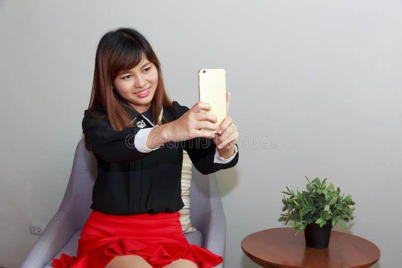 Το όμορφο κορίτσι παίρνει μια αυτοπροσωπογραφία με το έξυπνο τηλέφωνό της στοκ εικόνες με δικαίωμα ελεύθερης χρήσης