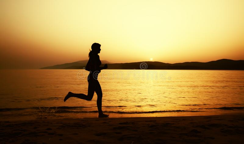 Το όμορφο κορίτσι στο μπικίνι τρέχει στην παραλία στοκ εικόνες με δικαίωμα ελεύθερης χρήσης