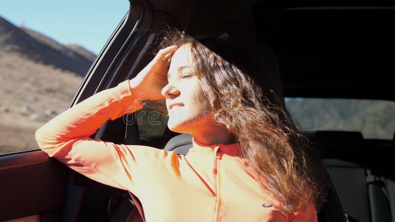 Το όμορφο κορίτσι φαίνεται έξω το παράθυρο αυτοκινήτων στοκ φωτογραφία με δικαίωμα ελεύθερης χρήσης