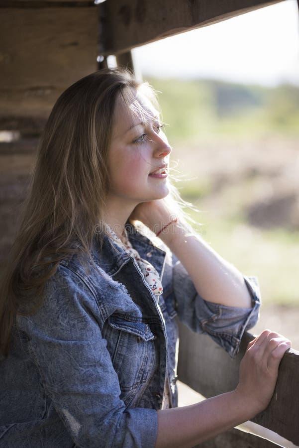 Το όμορφο κορίτσι φαίνεται έξω το παράθυρο στοκ φωτογραφίες με δικαίωμα ελεύθερης χρήσης