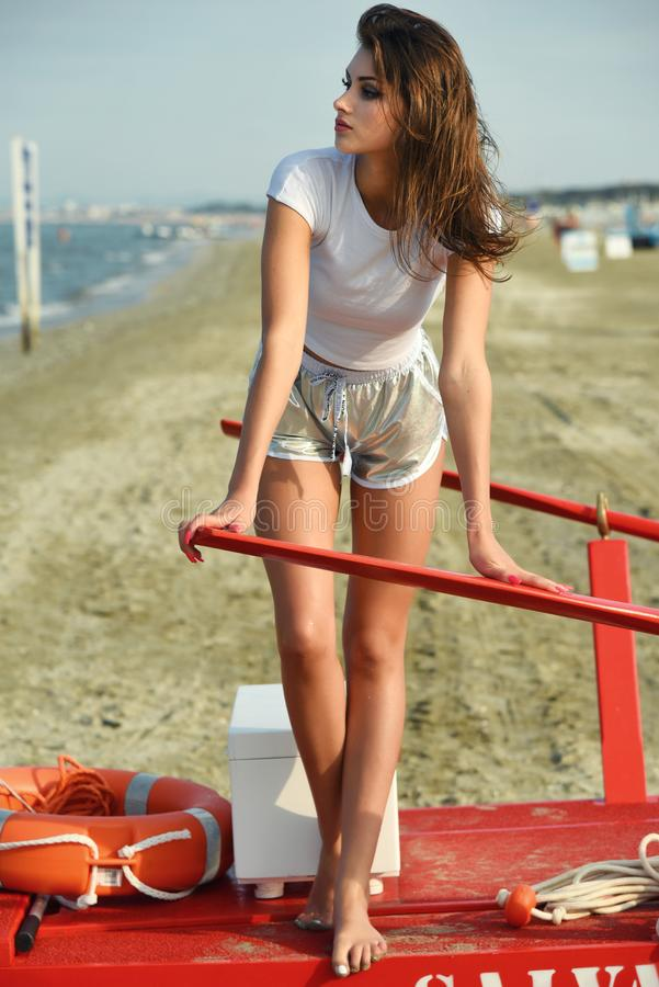 Το όμορφο κορίτσι χαλαρώνει στην παραλία στοκ εικόνες