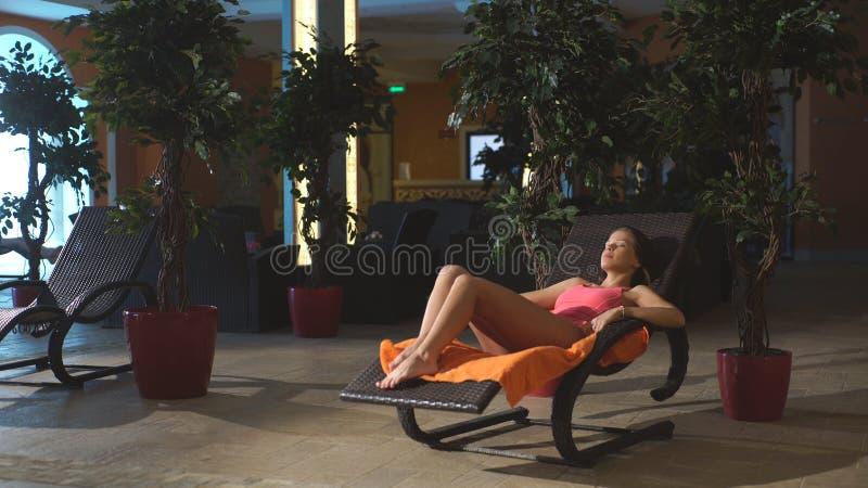 Το όμορφο κορίτσι χαλαρώνει σε ένα κέντρο SPA στοκ εικόνες