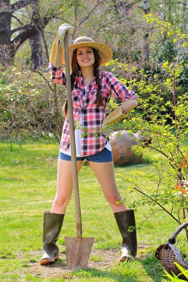 Το όμορφο κορίτσι χωρών θέτει με ένα φτυάρι στοκ φωτογραφία με δικαίωμα ελεύθερης χρήσης