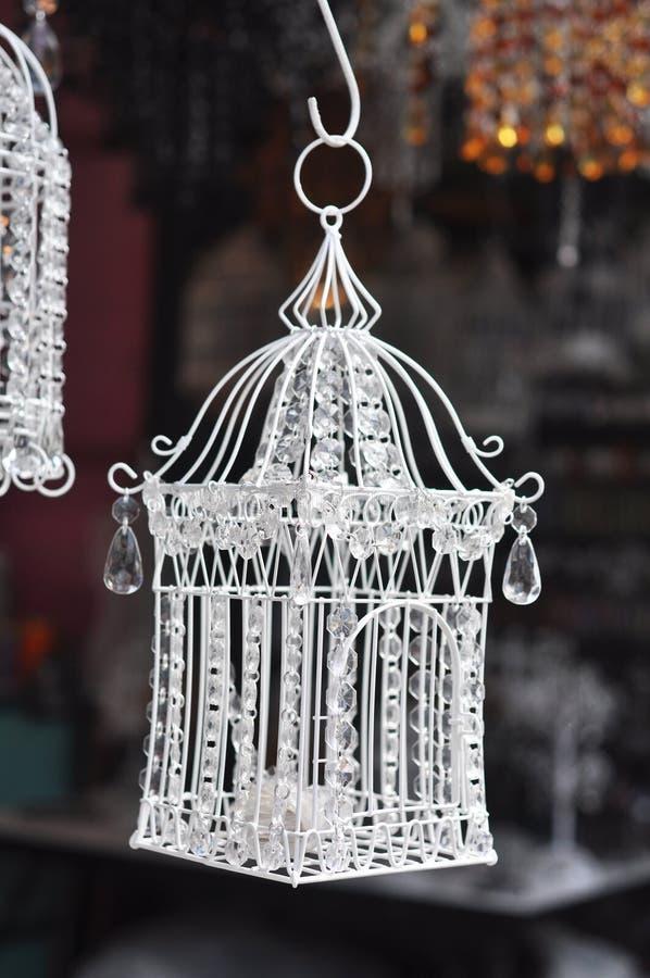 Το όμορφο κρύσταλλο κλουβιών κρεμά στοκ φωτογραφία με δικαίωμα ελεύθερης χρήσης