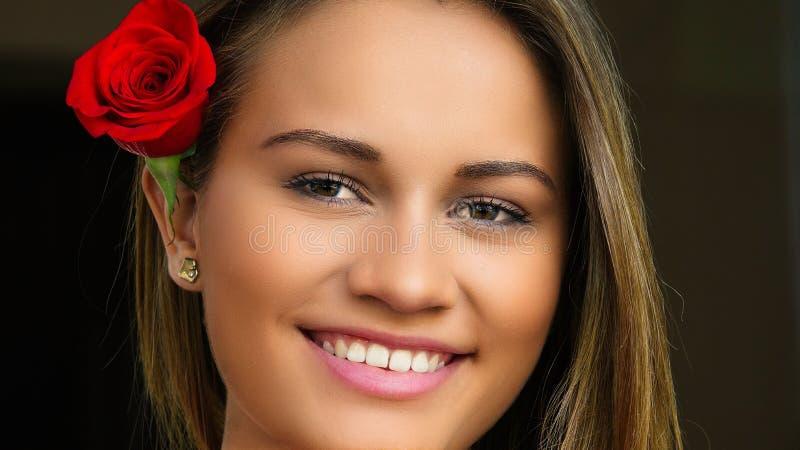 Το όμορφο κόκκινο γυναικών αυξήθηκε στοκ εικόνες