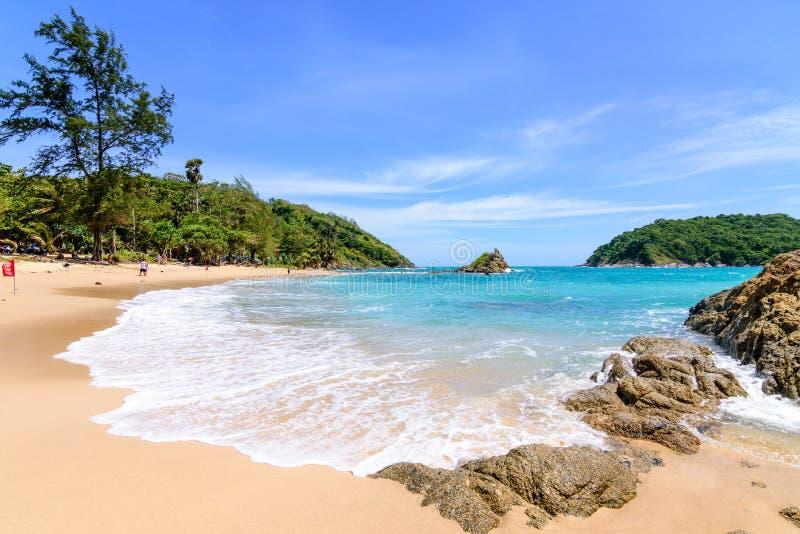 Το όμορφο κύμα στην παραλία, καθαρίζει το νερό, άσπρη άμμος hol σας στοκ εικόνες
