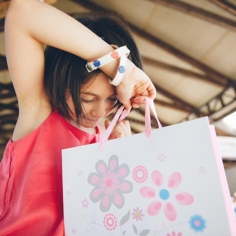 Το όμορφο μικρό κορίτσι λαμβάνει ένα δώρο στοκ φωτογραφία με δικαίωμα ελεύθερης χρήσης