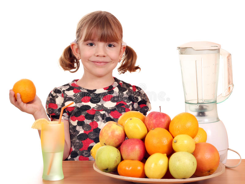 Το μικρό κορίτσι κάνει το χυμό φρούτων στοκ φωτογραφία