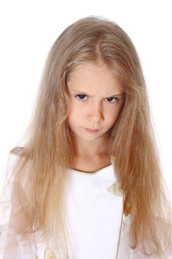 Το όμορφο μικρό κορίτσι πορτρέτου είναι angree που απομονώνεται στοκ εικόνες
