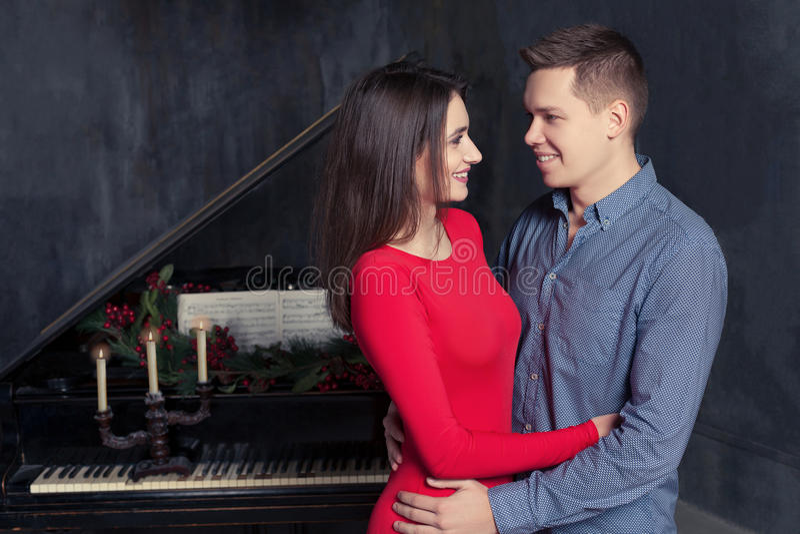 Το όμορφο νέο αγαπώντας ζεύγος αγκαλιάζει στοκ φωτογραφία
