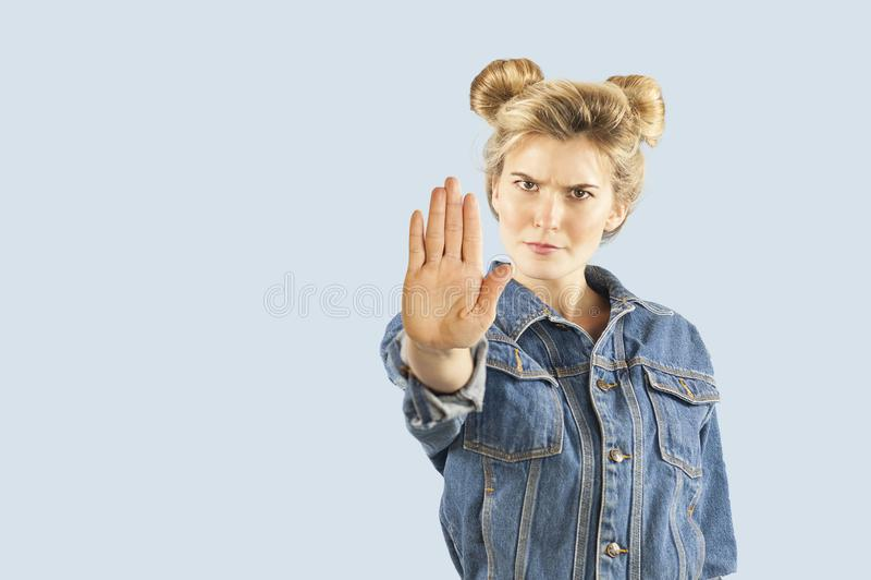 Το όμορφο νέο κορίτσι emrtional παρουσιάζει με τα χέρια σημάδι στάσεων σε ένα απομονωμένο υπόβαθρο Το κορίτσι λέει τη στάση στοκ εικόνες με δικαίωμα ελεύθερης χρήσης
