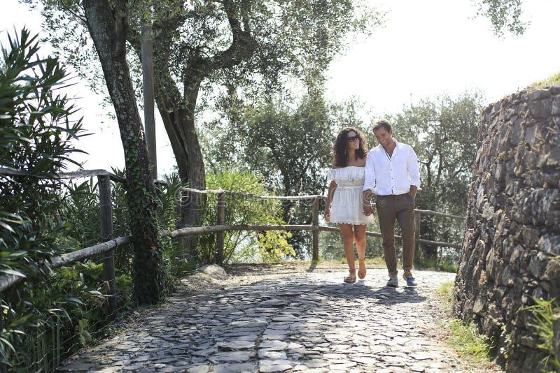 Το όμορφο νεαρό ζευγάρι περπατάει στο πάρκο στοκ εικόνες με δικαίωμα ελεύθερης χρήσης