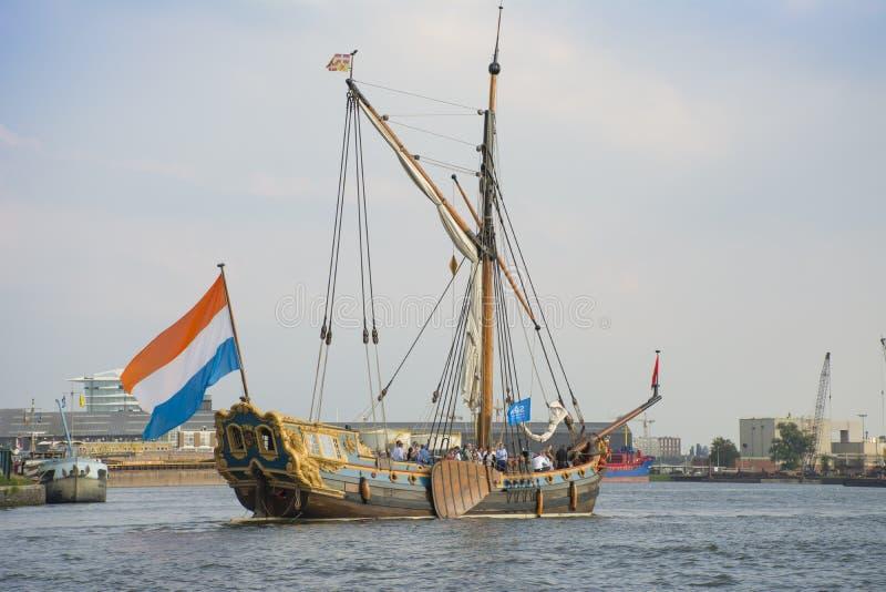 Το όμορφο ολλανδικό πλέοντας σκάφος πλέει κατά τη διάρκεια του ΠΑΝΙΟΥ Άμστερνταμ το 2015 στοκ εικόνες