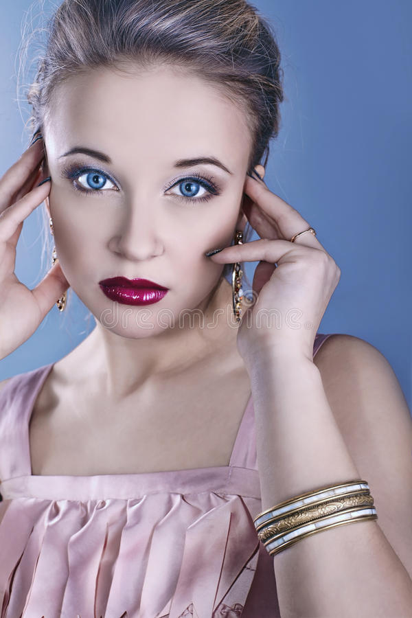 Download το όμορφο πρόσωπο χρωμάτων &kap Στοκ Εικόνες - εικόνα από makeup, ροζ: 22786260