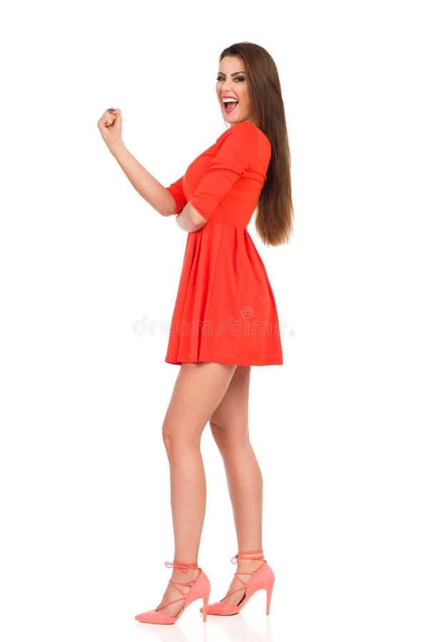Το όμορφο πρότυπο μόδας στο μίνι φόρεμα φωνάζει και Gesturing στοκ φωτογραφίες με δικαίωμα ελεύθερης χρήσης
