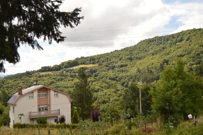 Το όμορφο σπίτι στα θαυμάσια βουνά της Γαλικία γεμίζει τα λιβάδια δασών πεύκων κοιλάδων και τα δάση του ευκαλύπτου σε Becerrea στοκ εικόνες