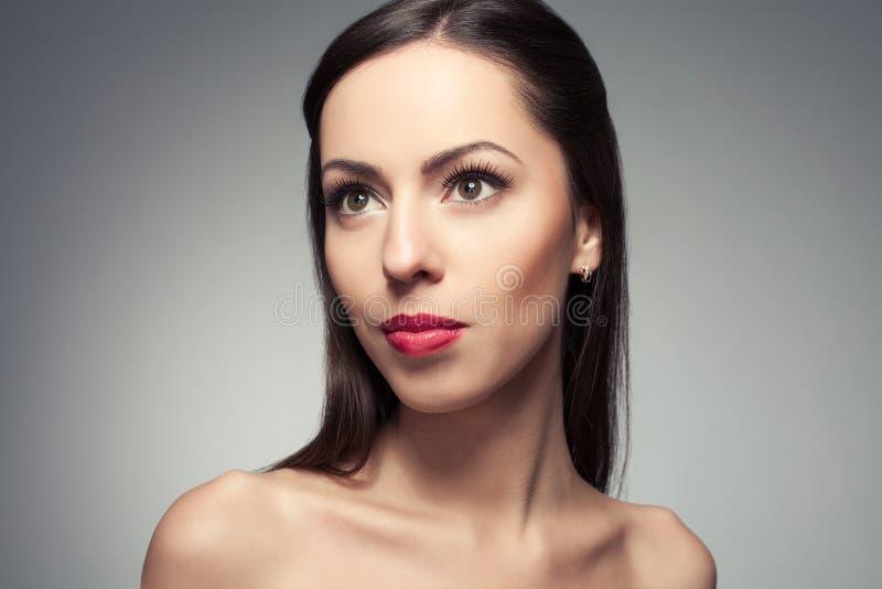 το όμορφο στενό πορτρέτο εβλάστησε το στούντιο επάνω στις νεολαίες γυναικών στοκ φωτογραφία με δικαίωμα ελεύθερης χρήσης