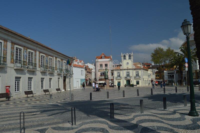 Το όμορφο τετράγωνο της 5ης Οκτωβρίου με το άγαλμα φορά το Pedro Ι στο κέντρο κοντά στην παραλία στο Κασκάις Φωτογραφία της οδού, στοκ εικόνες