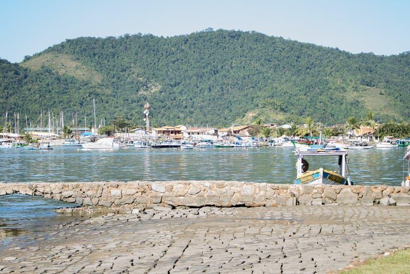 Το όμορφο τοπίο με τις βάρκες, montains και τη λίμνη στοκ εικόνα με δικαίωμα ελεύθερης χρήσης
