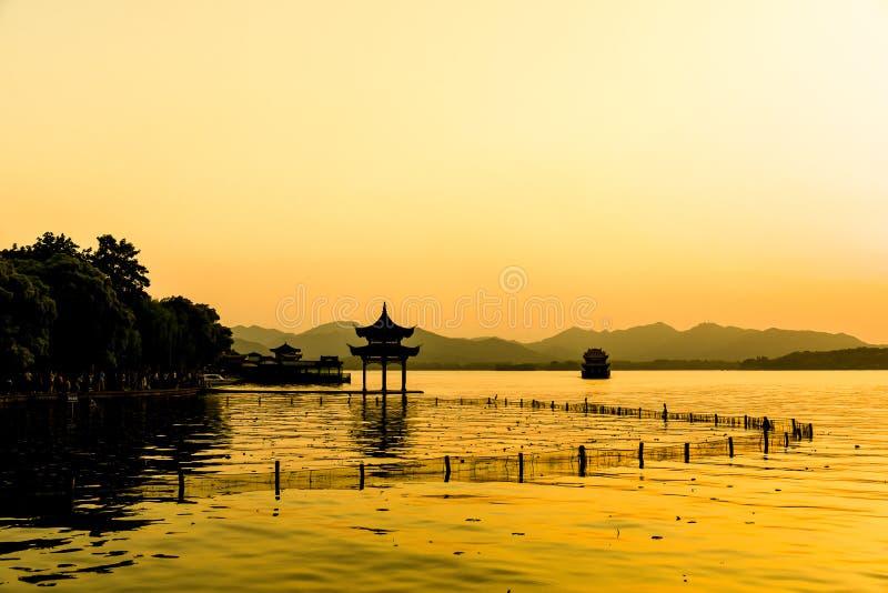 Το όμορφο τοπίο της σιλουέτας του ηλιακού τοπίου Xihu West Lake και περίπτερο στο Hangzhou CHINA στοκ φωτογραφία