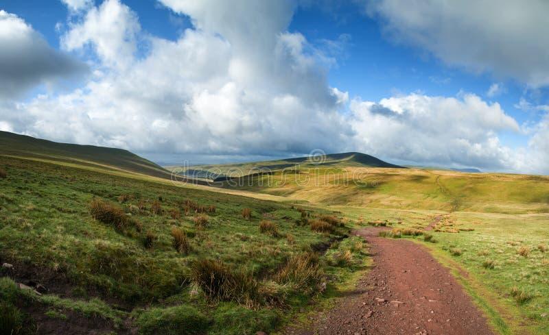 Το όμορφο τοπίο Brecon οδηγεί το εθνικό πάρκο με το ευμετάβλητο s στοκ φωτογραφία