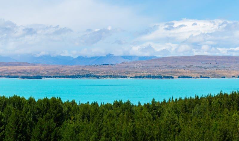 Το όμορφο τυρκουάζ μπλε χρώμα της λίμνης Pukaki στοκ εικόνα