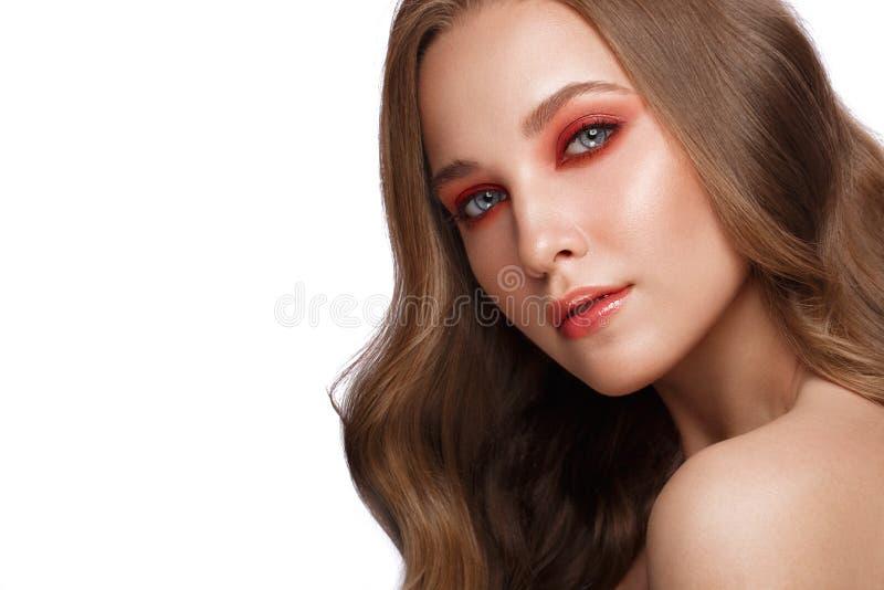 Το όμορφο φρέσκο κορίτσι με το τέλειο δέρμα, ανοιχτό κόκκινο αποτελεί r στοκ εικόνες