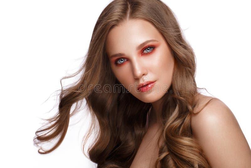 Το όμορφο φρέσκο κορίτσι με το τέλειο δέρμα, ανοιχτό κόκκινο αποτελεί r στοκ φωτογραφίες με δικαίωμα ελεύθερης χρήσης