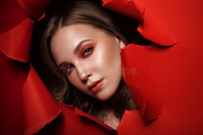 Το όμορφο φρέσκο κορίτσι με το τέλειο δέρμα, ανοιχτό κόκκινο αποτελεί r στοκ φωτογραφία με δικαίωμα ελεύθερης χρήσης