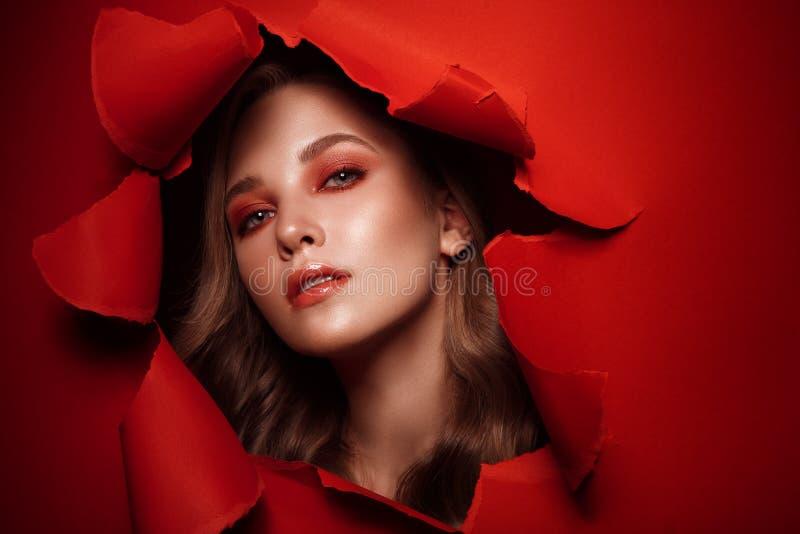 Το όμορφο φρέσκο κορίτσι με το τέλειο δέρμα, ανοιχτό κόκκινο αποτελεί r στοκ εικόνες με δικαίωμα ελεύθερης χρήσης