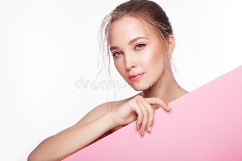 Το όμορφο φρέσκο κορίτσι με το τέλειο δέρμα, φυσικό αποτελεί r στοκ εικόνα με δικαίωμα ελεύθερης χρήσης