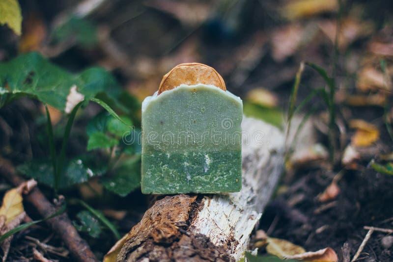 Το όμορφο φυσικό χειροποίητο σαπούνι τεχνών για την υγεία σας, χαλαρώνει και aromatherapy στοκ φωτογραφία με δικαίωμα ελεύθερης χρήσης