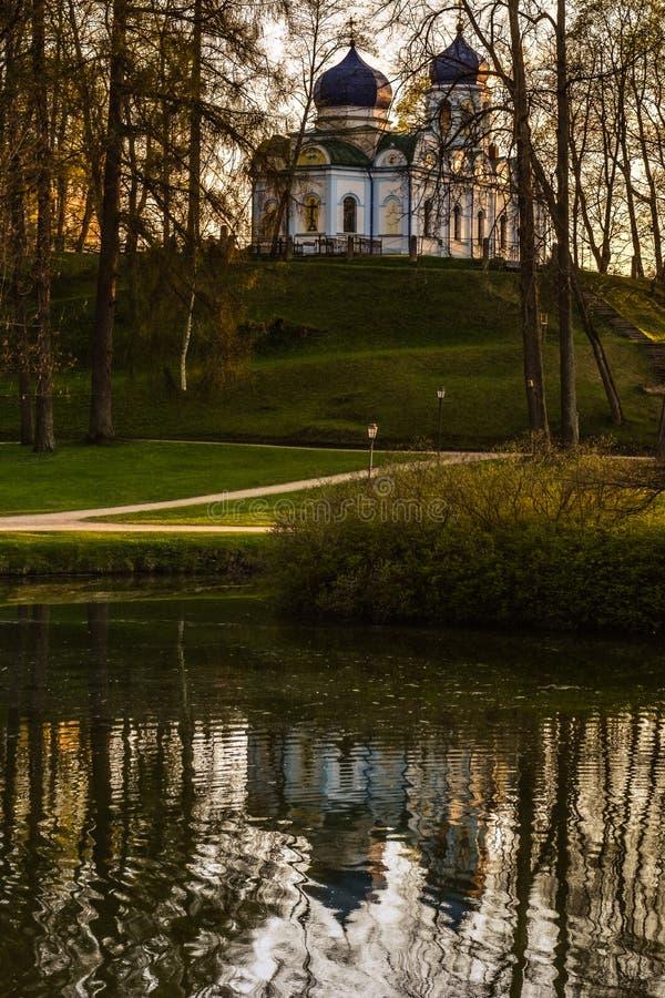 Το όμορφο φως απογεύματος σταθμεύει δημόσια με την εκκλησία στοκ φωτογραφία με δικαίωμα ελεύθερης χρήσης