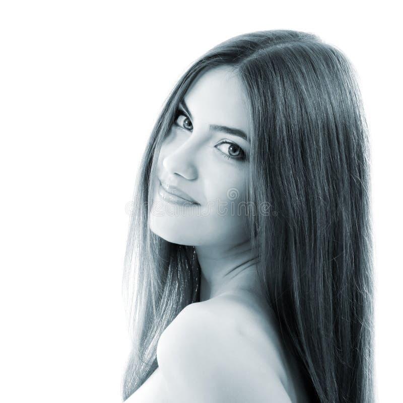 Το όμορφο χαμογελώντας κορίτσι, θηλυκή κινηματογράφηση σε πρώτο πλάνο προσώπου, τόνισε ανοικτό μπλε, ι στοκ φωτογραφία