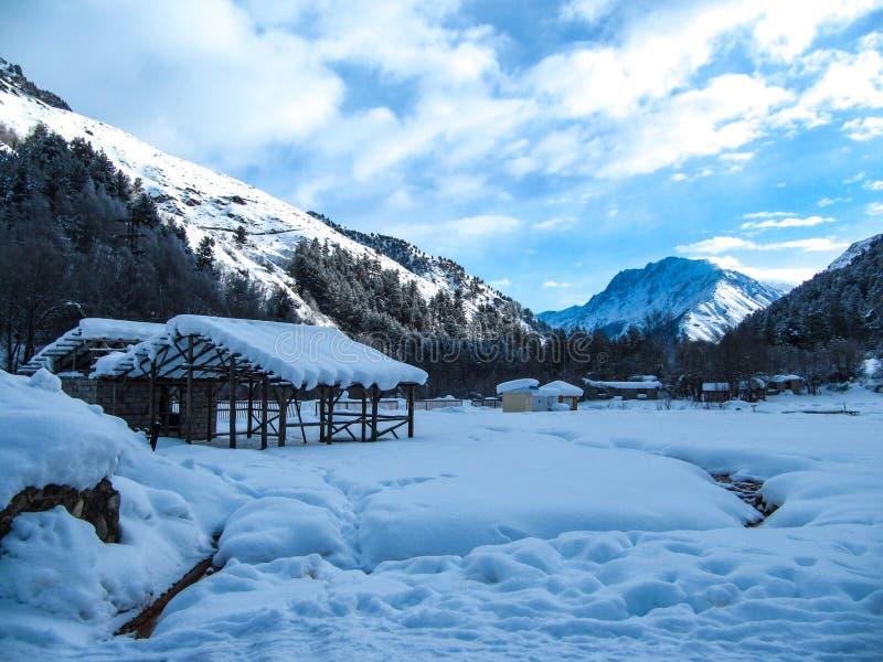 Το όμορφο χειμερινό τοπίο με τα μικρά κτήρια, η μικρή θερμή πηγή, η κοιλάδα και το βουνό κυμαίνονται στοκ εικόνες με δικαίωμα ελεύθερης χρήσης