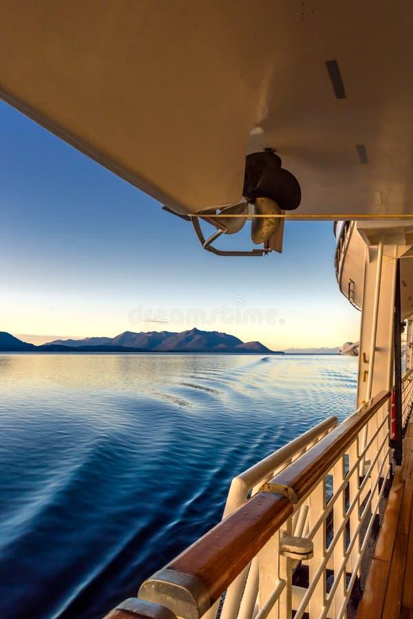 Το όμορφο χρυσό φως ξημερωμάτων της αυγής και του ωκεάνιου νερού κυματίζει από τα ίχνη του σκάφους, μέσα στη μετάβαση, Αλάσκα, ΗΠ στοκ φωτογραφία με δικαίωμα ελεύθερης χρήσης