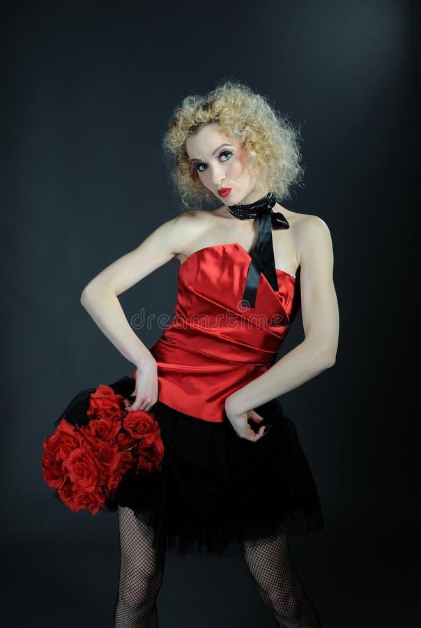 το όμορφο cabaret κορίτσι κάνει ν στοκ εικόνα με δικαίωμα ελεύθερης χρήσης
