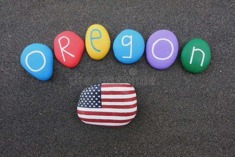 Το Όρεγκον, οι Ηνωμένες Πολιτείες της Αμερικής, το αναμνηστικό με τις χρωματισμένες πέτρες και οι ΗΠΑ σημαιοστολίζουν πέρα από τη στοκ εικόνες