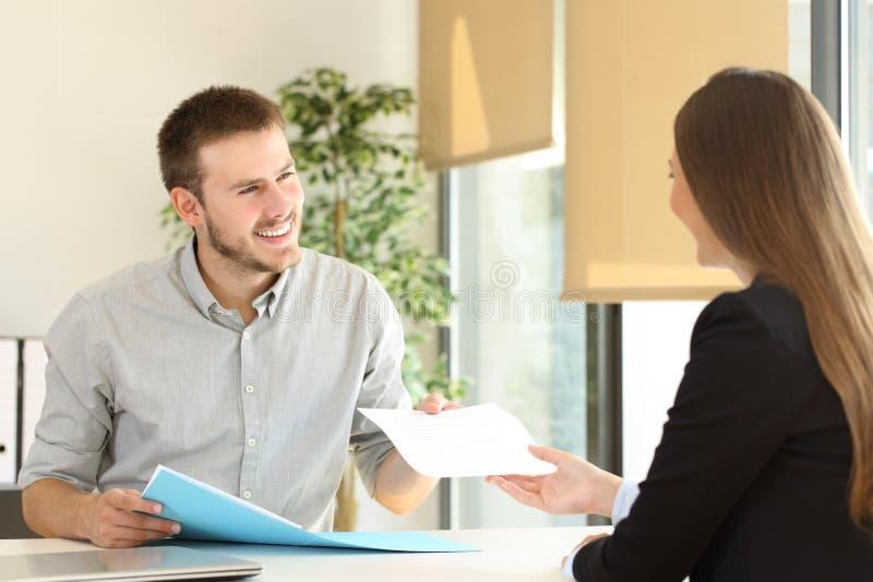 Το δόσιμο ατόμων επαναλαμβάνει σε μια συνέντευξη εργασίας στοκ φωτογραφία με δικαίωμα ελεύθερης χρήσης