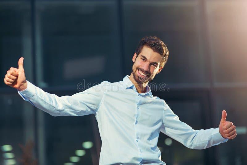 Το δόσιμο επιχειρηματιών χαμόγελου φυλλομετρεί επάνω στοκ φωτογραφίες