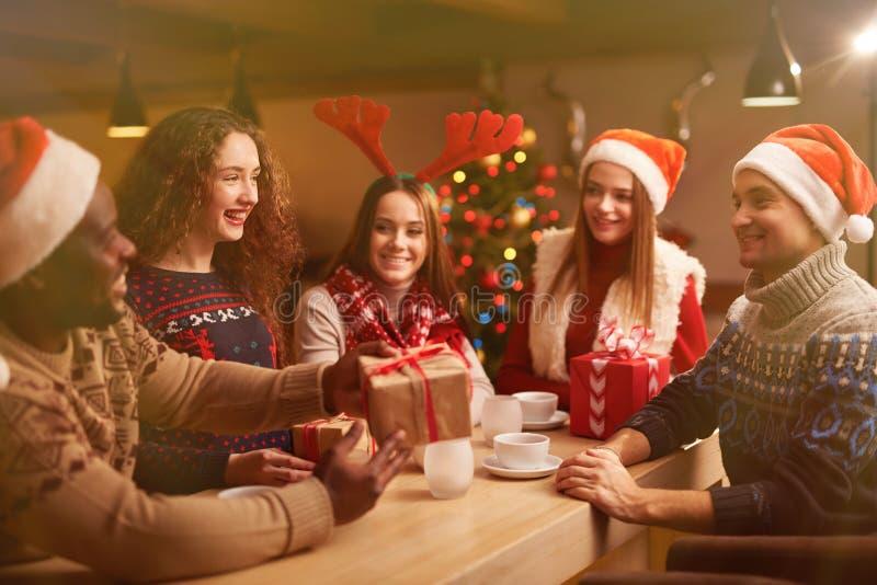 το δόσιμο Χριστουγέννων π&a στοκ εικόνες
