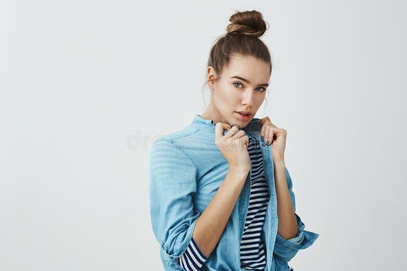 Το ύφος είναι στο αίμα της Στούντιο που πυροβολείται του όμορφου ευρωπαϊκού θηλυκού πρότυπου τραβώντας πουκάμισου τζιν φορώντας π στοκ φωτογραφία