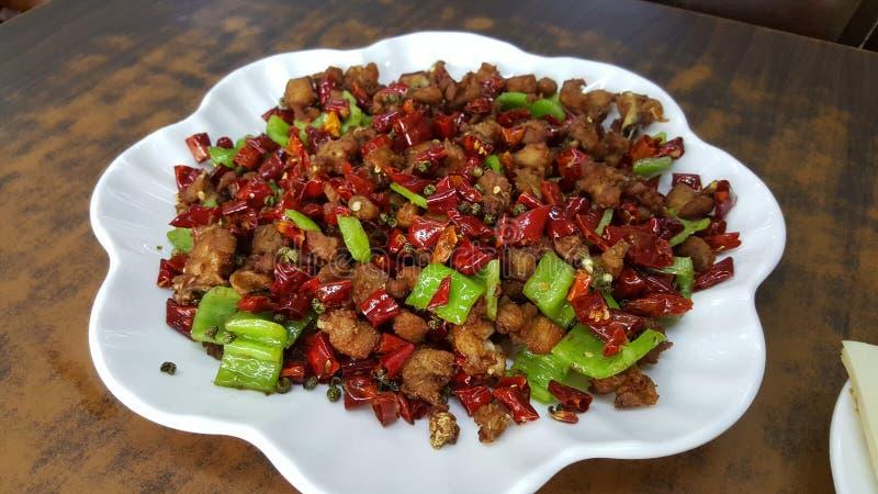 Το ύφος Szechuan τηγάνισε το χωρισμένο σε τετράγωνα κοτόπουλο με το ξηρό κόκκινο τσίλι και τα πράσινα πιπέρια τσίλι στοκ φωτογραφίες
