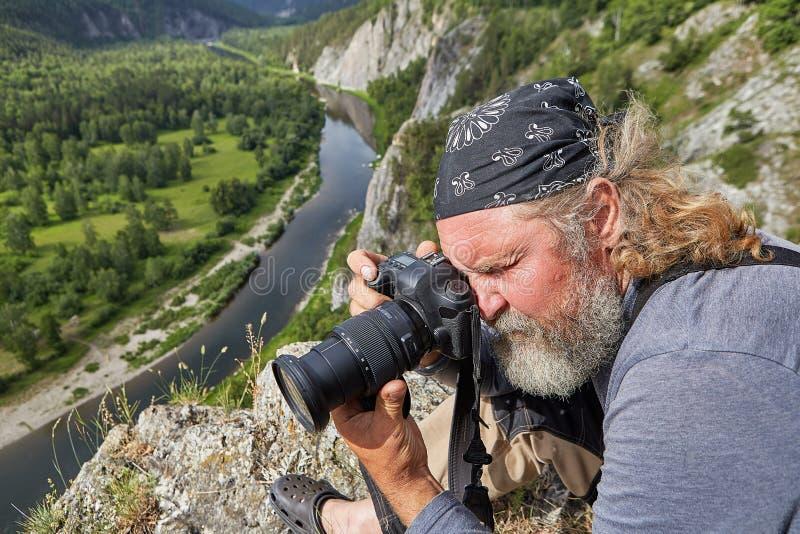 Το ώριμο άτομο φωτογραφίζει τη φύση στοκ φωτογραφίες