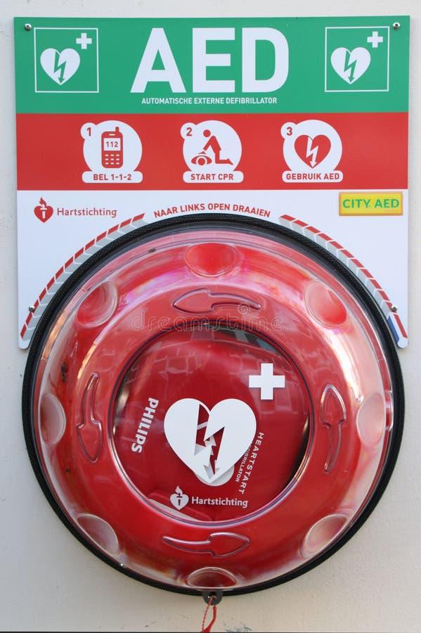 Το AED αυτοματοποίησε εξωτερικός defibrillator στον τοίχο για τη χρήση στο δίκτυο για το neigbourhood στη Χάγη στοκ εικόνα